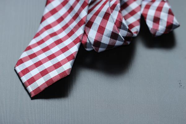 Neck tie with plaid print
