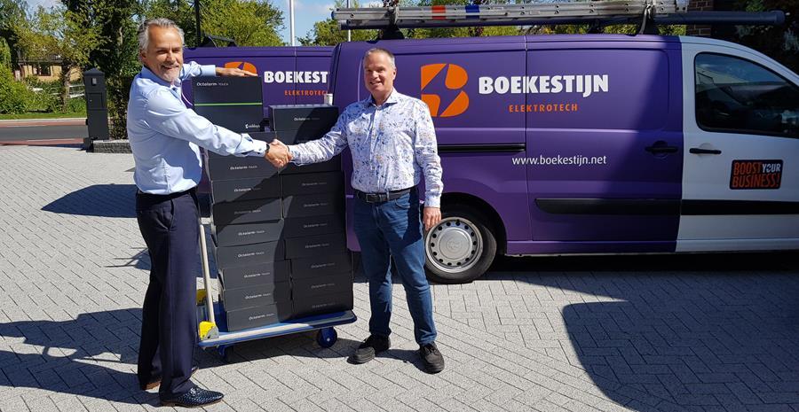 Erik Boekestijn neemt de levering van de grootste pré-order Octalarm-Touch in ontvangst